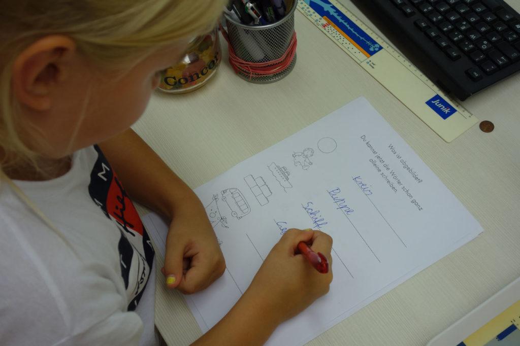 Mädchen bei Deutsch-Aufgaben während einer U10-Untersuchung