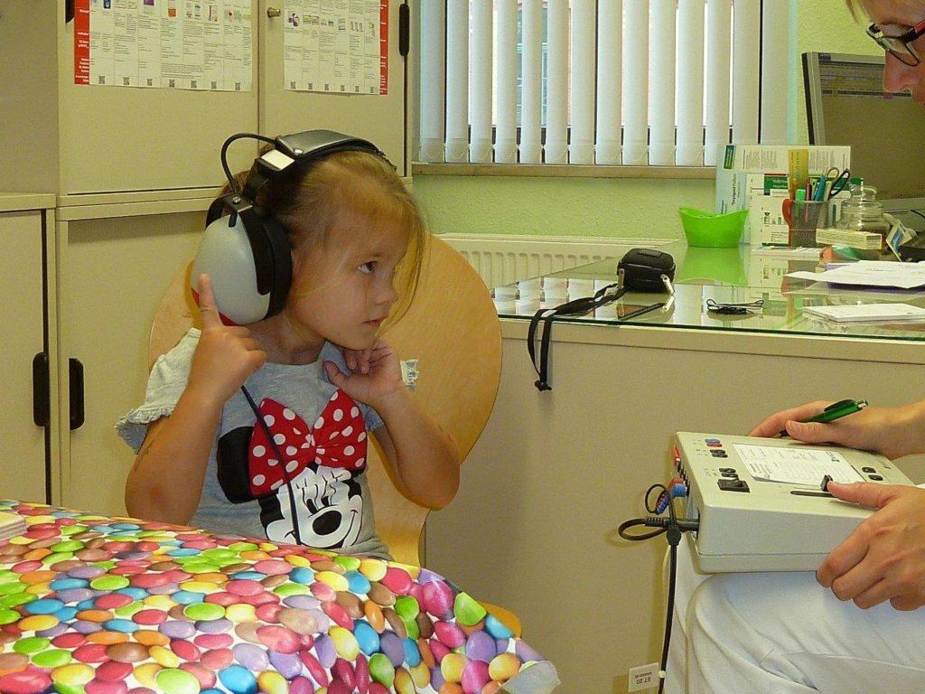 Mädchen beim Hörtest in der U8-Untersuchung